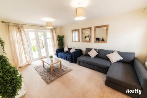A seating area at Puffin Way - Comfortable, spacious house with parking