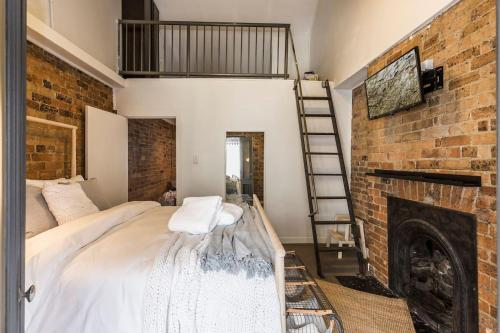 A bed or beds in a room at Chippendale · Quaint 1880's Sydney Chippendale Terrace House