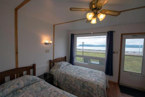 A bed or beds in a room at Sea Breeze Motel