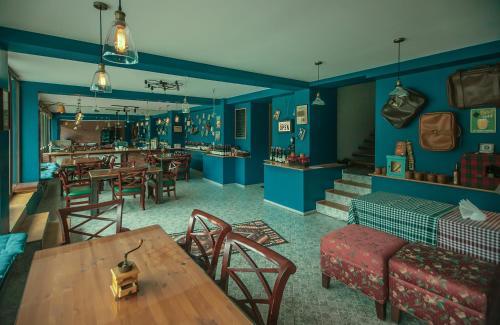 The lounge or bar area at Chemodann Kazbegi