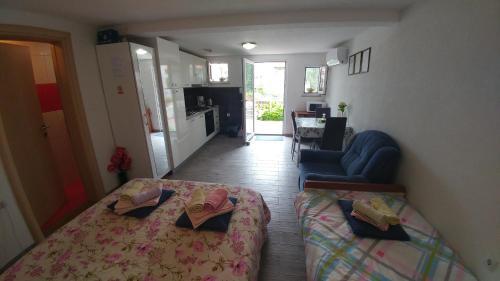 A seating area at Apartment Tina