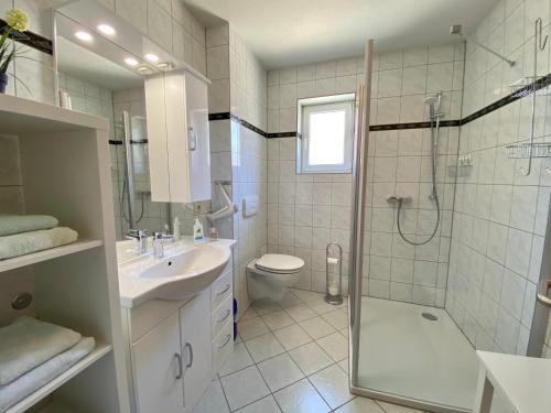 Ein Badezimmer in der Unterkunft FeWo Riedel