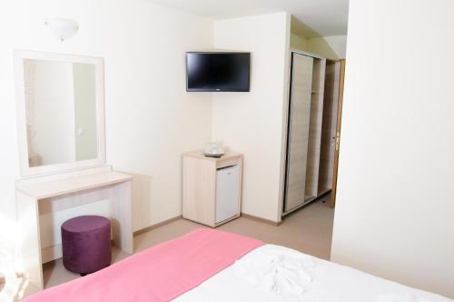 Un televizor și/sau centru de divertisment la Hotel Doina