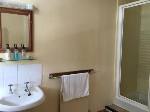 A bathroom at THE RAILWAY HOTEL