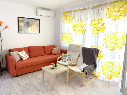A seating area at Apartment GardenView - New!