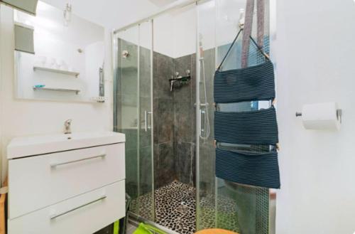 Koupelna v ubytování ZEN GARDEN- Nice flat for 2 persons- JAPANESE STYLE-17TH PARIS