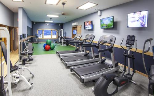 The fitness centre and/or fitness facilities at Golden Arrow Lakeside Resort