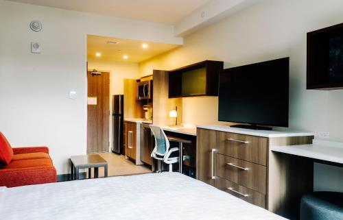 A television and/or entertainment centre at Home2 Suites By Hilton Denver Downtown Convention Center
