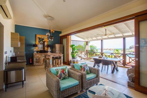 Uma área de estar em Sea view apartment Jan Thiel