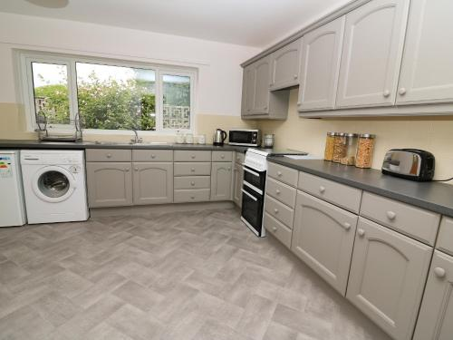 A kitchen or kitchenette at 1 Harp Terrace