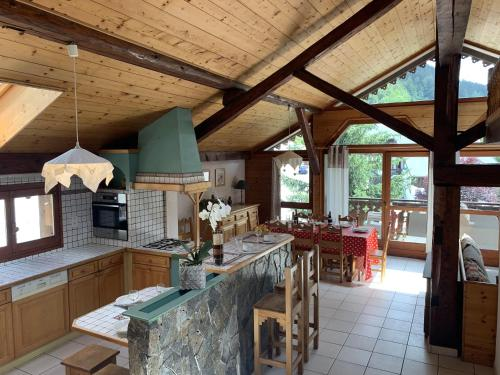 A restaurant or other place to eat at Appartement Mare 5 personnes