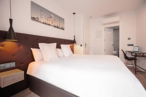 A bed or beds in a room at Woohoo Rooms Hortaleza