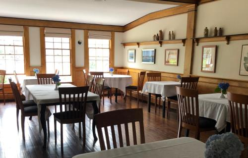 A restaurant or other place to eat at Queen Anne Inn