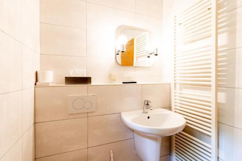A bathroom at Hotel & Restaurant Lengefelder Warte