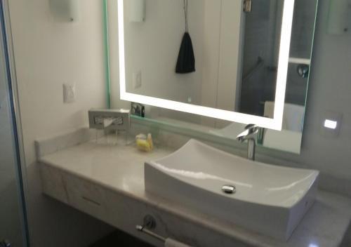 A bathroom at Holiday Inn Hotel & Suites Centro Historico, an IHG hotel