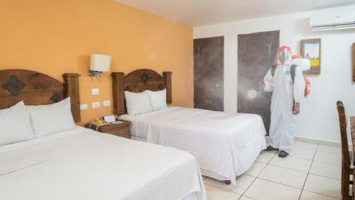 A bed or beds in a room at Hacienda Inn