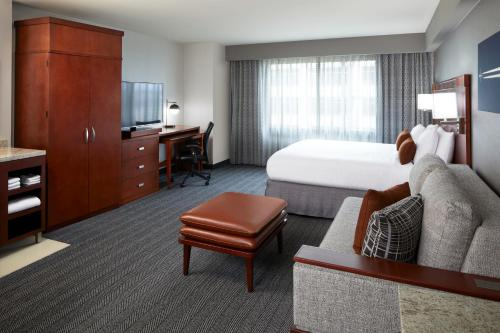A seating area at Courtyard by Marriott Los Angeles LAX / Century Boulevard