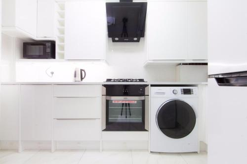 A kitchen or kitchenette at Bright luxury 2 bedroom apartment in London