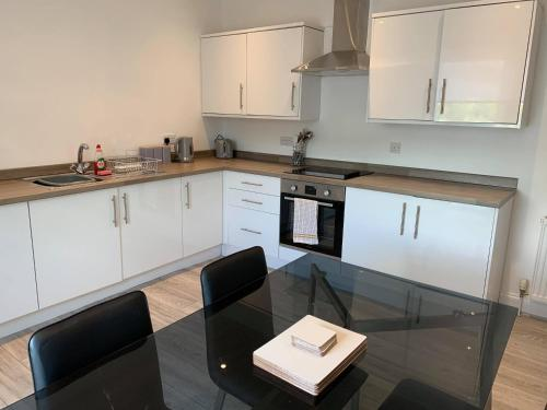 A kitchen or kitchenette at Town Centre Apartment