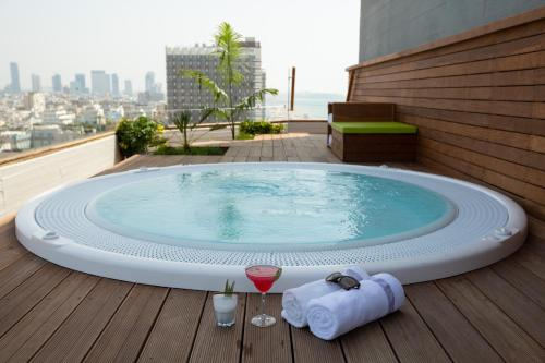 The swimming pool at or close to Carlton Tel Aviv Hotel – Luxury on the Beach