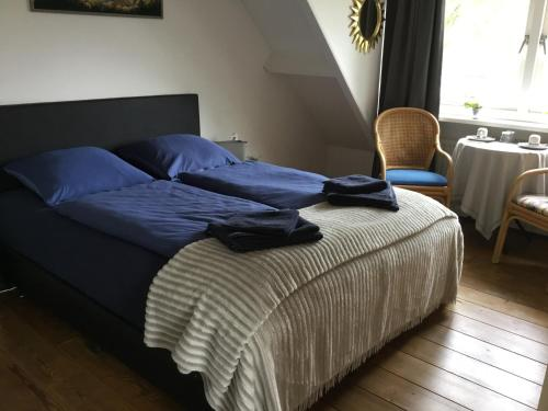 A bed or beds in a room at La Casa aan Zee