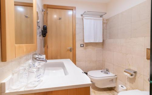 A bathroom at Hotel THe Corralejo Beach