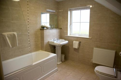 A bathroom at Rivermount House