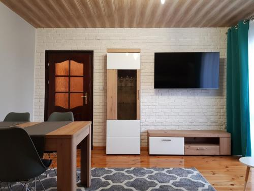 A television and/or entertainment center at ZIELONE ZACISZE Joanna Kulpa