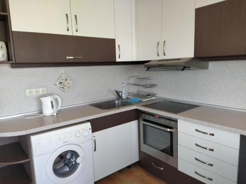 A kitchen or kitchenette at Sunny Sands Studios