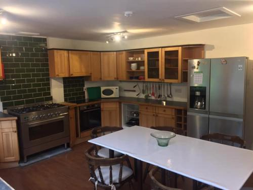A kitchen or kitchenette at Airlie House Self Catering