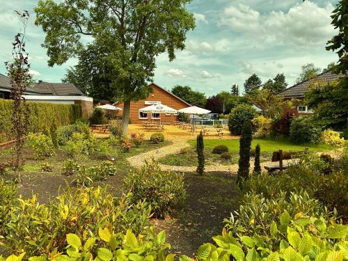 Ein Garten an der Unterkunft Schützenhof Kirchhatten