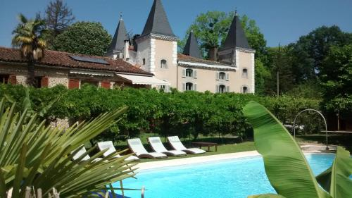 The swimming pool at or near Hotel Logis - Chateau de Beauregard
