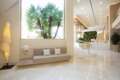 De lobby of receptie bij Hotel Sabina