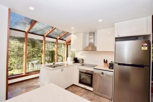 A kitchen or kitchenette at Sublime Cedar Lodge Leura