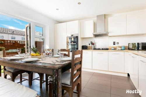 A restaurant or other place to eat at Elephant Court - Comfortable, spacious house with parking