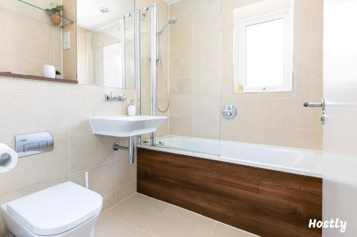 A bathroom at Elephant Court - Comfortable, spacious house with parking