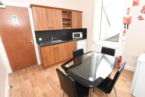 A kitchen or kitchenette at Rooms @ The Royal
