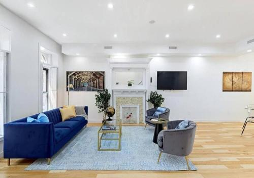 A seating area at HUGE CONTEMPORARY DUPLEX 3 BR LUXURY APARTMENT