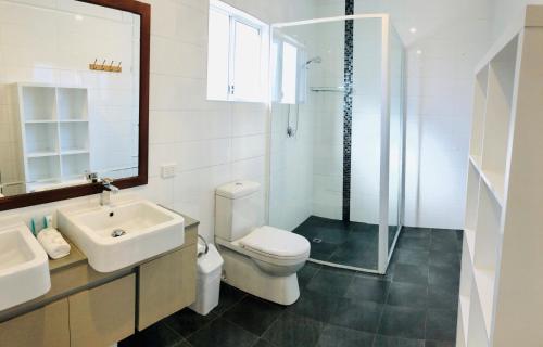 A bathroom at Riverview Tourist Park