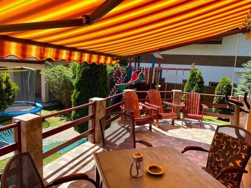Ein Restaurant oder anderes Speiselokal in der Unterkunft Pensiunea Tanita