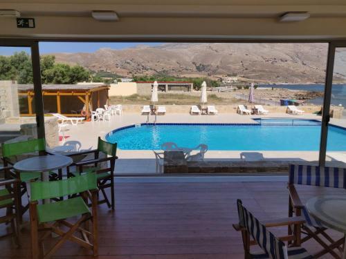 Vista sulla piscina di Viglia Beach Apartments o su una piscina nei dintorni