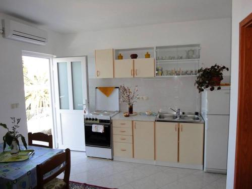 A kitchen or kitchenette at Apartments Bugenvila