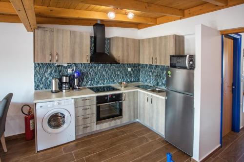 Η κουζίνα ή μικρή κουζίνα στο The Blue Apartments and Beach