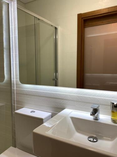 A bathroom at Solar De Alarcao