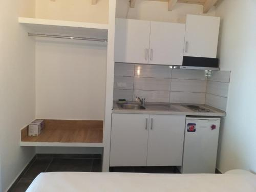 A kitchen or kitchenette at Sunrise Studio