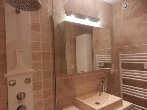 A bathroom at Appartement le Rêve-Catalan