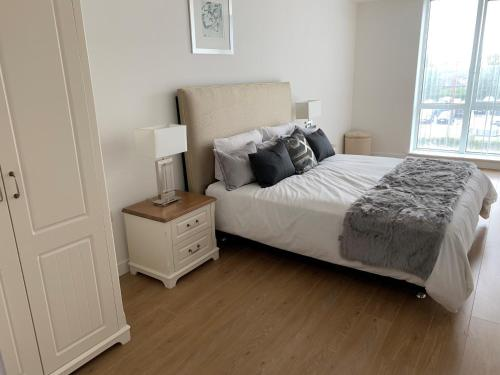 A bed or beds in a room at Bracknell - Stunning 1 bedroom Flat with Spectacular Views