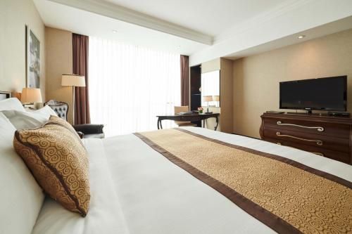 Een bed of bedden in een kamer bij Eastin Grand Hotel Saigon