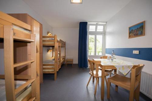 Ein Etagenbett oder Etagenbetten in einem Zimmer der Unterkunft Jugendherberge Kiel