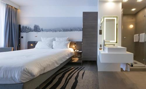A bed or beds in a room at Novotel St Petersburg Centre